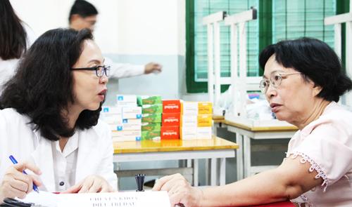 Bác sĩ ở Sài Gòn về trường cũ khám bệnh cho thầy cô